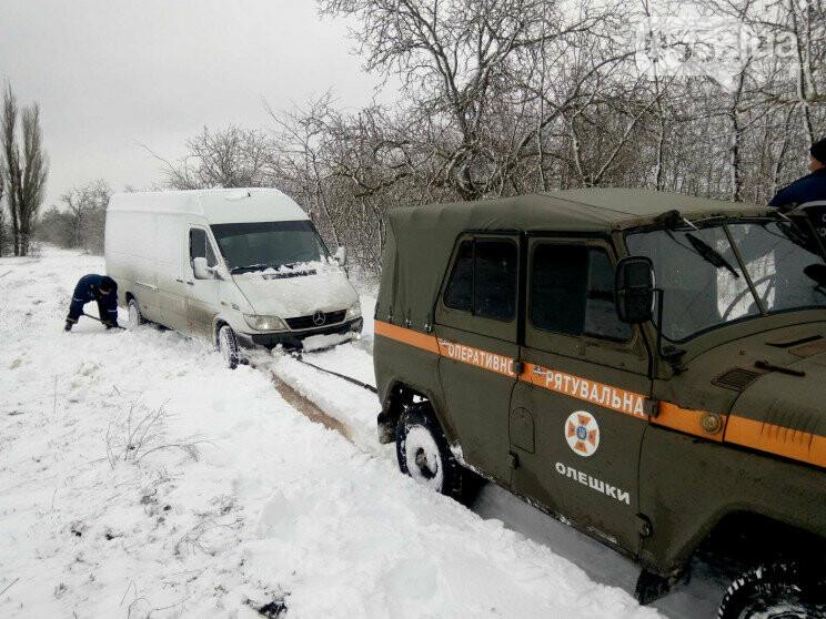 Снегопад блокировал Херсон: аэропорт закрыт, на трассе Херсон-Николаев транспортный коллапс, фото-1