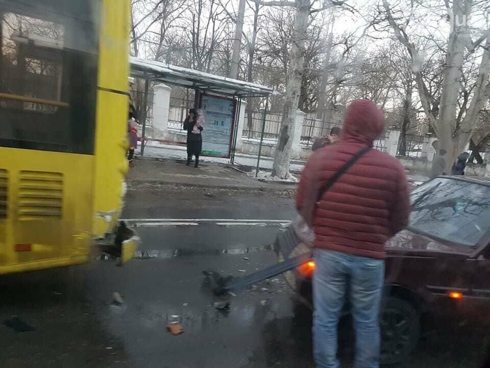 Легковушка протаранила троллейбус в центре Херсона: ДТП в час пик шокировало пассажиров, фото-1