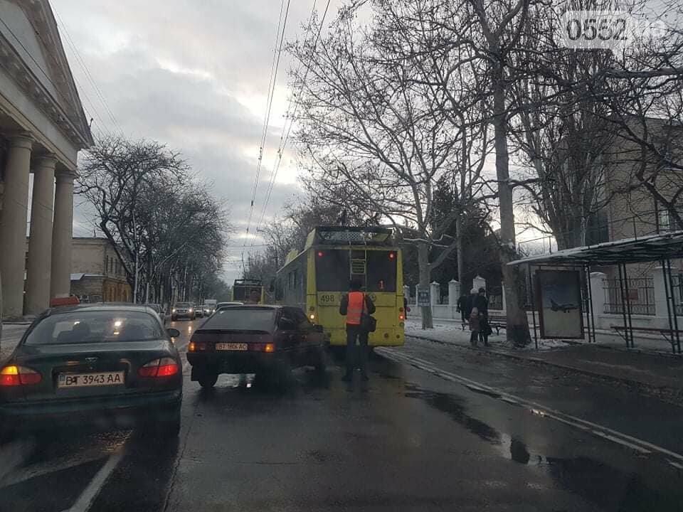 Легковушка протаранила троллейбус в центре Херсона: ДТП в час пик шокировало пассажиров, фото-2