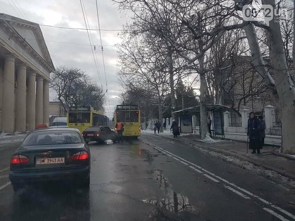 Легковушка протаранила троллейбус в центре Херсона: ДТП в час пик шокировало пассажиров, фото-3
