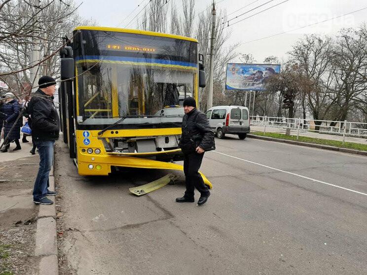 В Херсоне ДТП устроила маршрутка с пассажирами, протаранившая троллейбус, фото-1