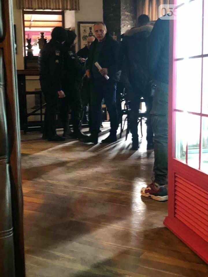 Популярное в Херсоне кафе захватили рейдеры: люди в бронежилетах и масках вместо посетителей, фото-1