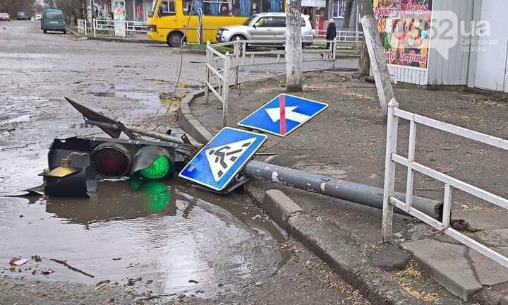 По Херсону пронесся ураган «Юлия»: ветер рвет электропровода, а тополя вырывает с корнем, фото-1