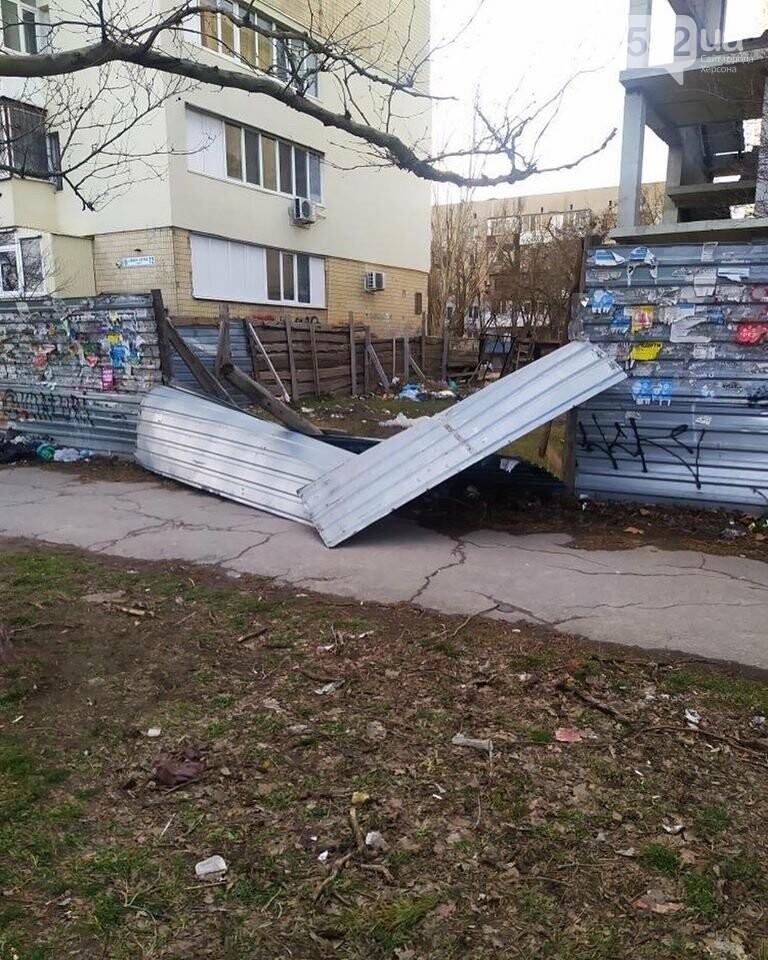По Херсону пронесся ураган «Юлия»: ветер рвет электропровода, а тополя вырывает с корнем, фото-7