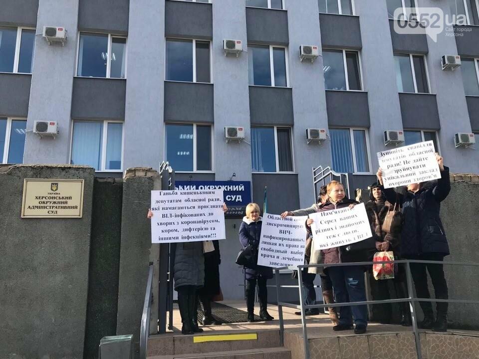 День протестов в Херсоне: медики пикетировали окружной суд, а журналисты – ТРК «Скифия», фото-1