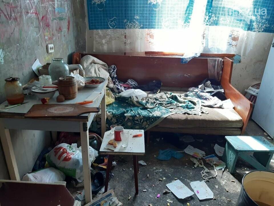 В Херсона полиция с боем отобрала четверых детей у пьяного отца многодетной семьи, фото-3