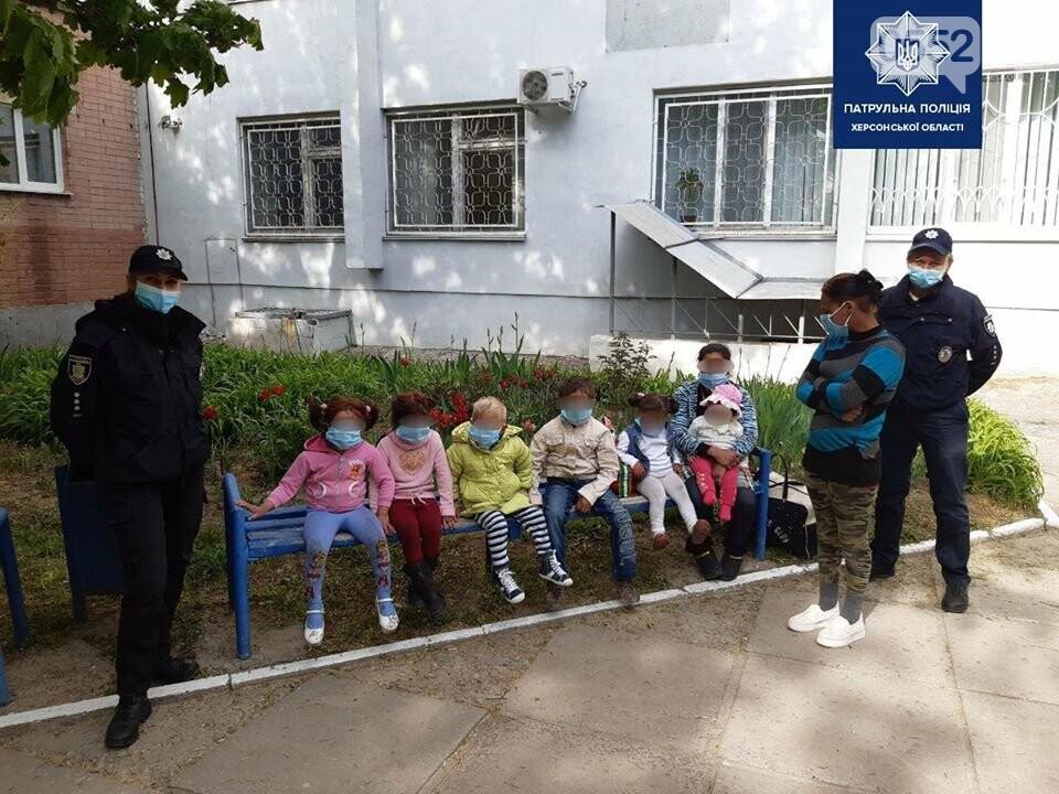 Семерых детей без свидетельства о рождении забрали с городской свалки полицейские Херсонщины, фото-1