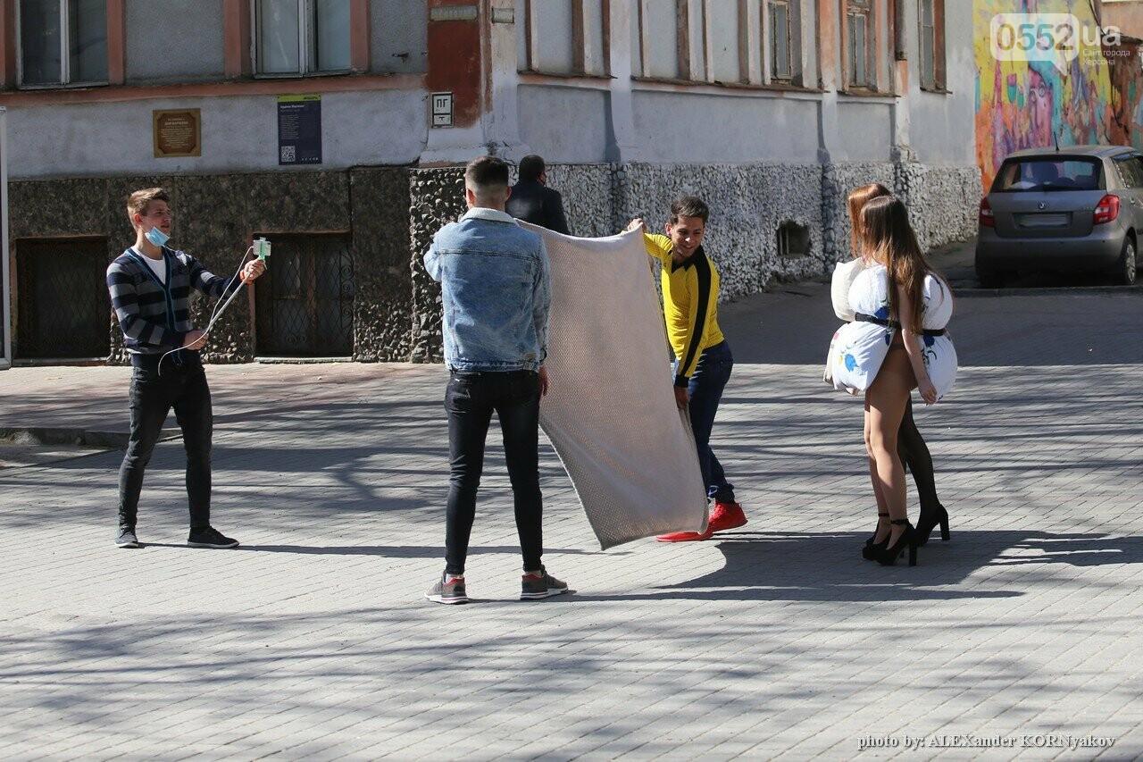 Херсонские красавицы сфотографировались в центре города в подушках, фото-1