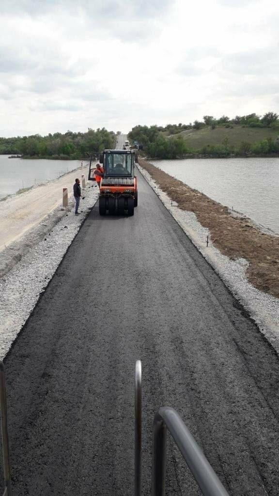 В Херсонской области ремонтируют мостовые переходы через Миловскую и Новокаирскую балки, фото-1