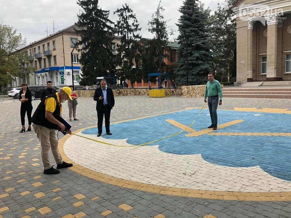 В Каховке тротуарной плиткой выложили самый большой герб в Украине, фото-1