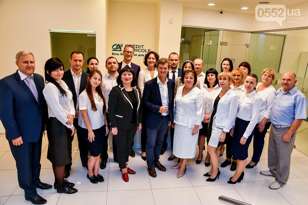 Голова правління Креді Агріколь урочисто відкрив відділення нового формату у центрі  Херсона, фото-1