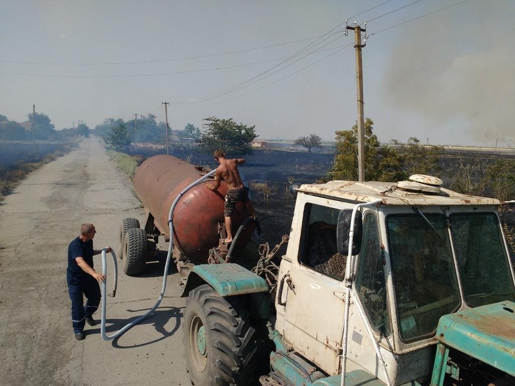 На Херсонщине урожай зерновых спасли от огня, фото-1