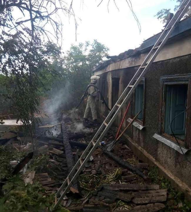 Рятувальники ліквідували пожежу, що виникла через займання сухої трави, фото-1