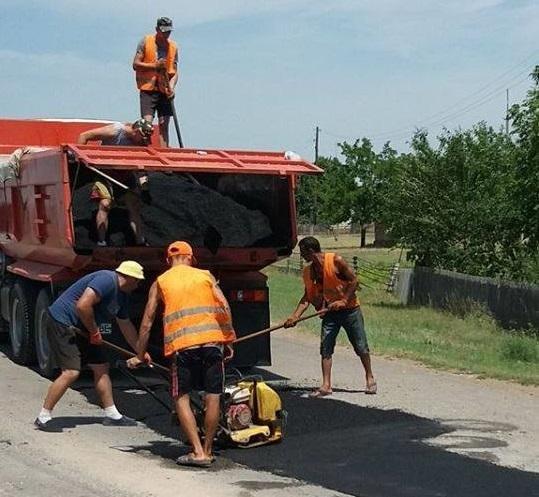 На Херсонщине люди ремонтируют дороги за свой счет, фото-1