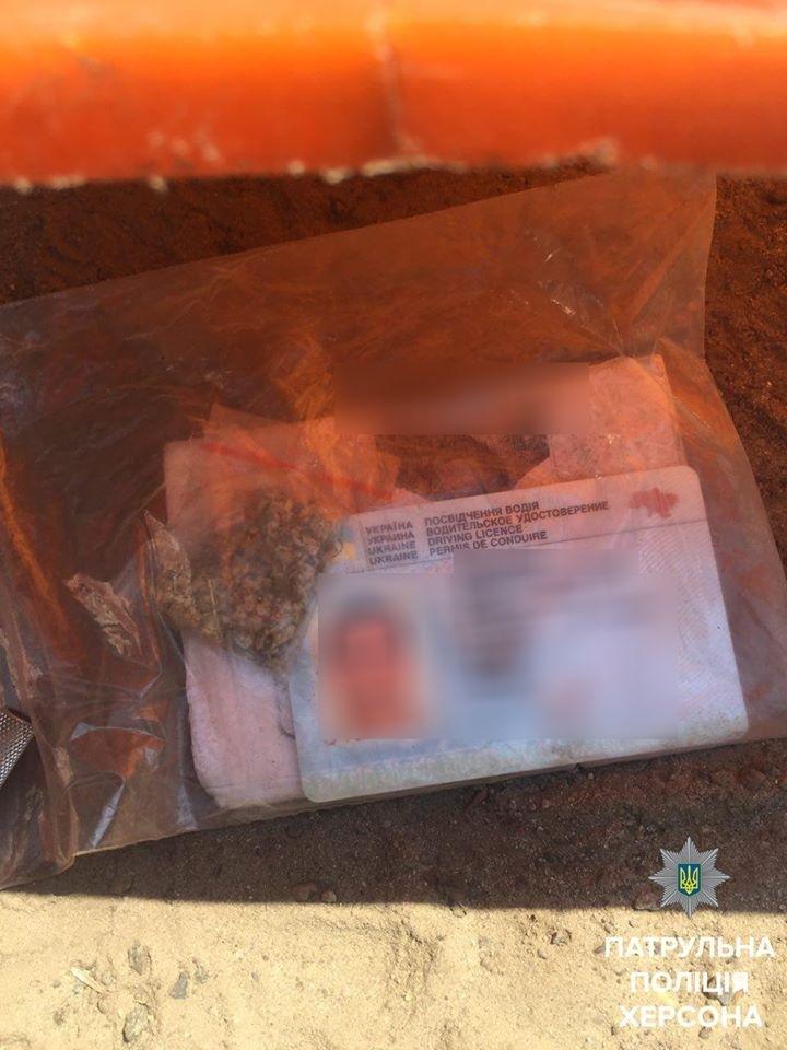 Херсонские патрульные нашли пакет с канабисом у водителя мопеда, фото-2