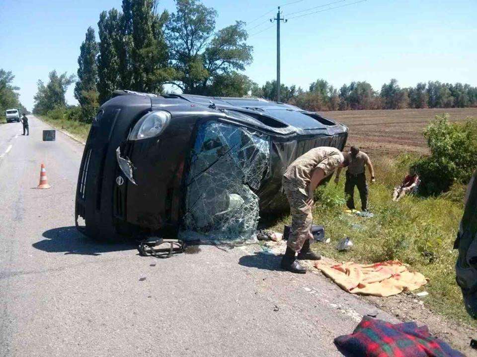 На Херсонщине БРДМ столкнулся с легковым автомобилем. Есть погибшие, фото-2