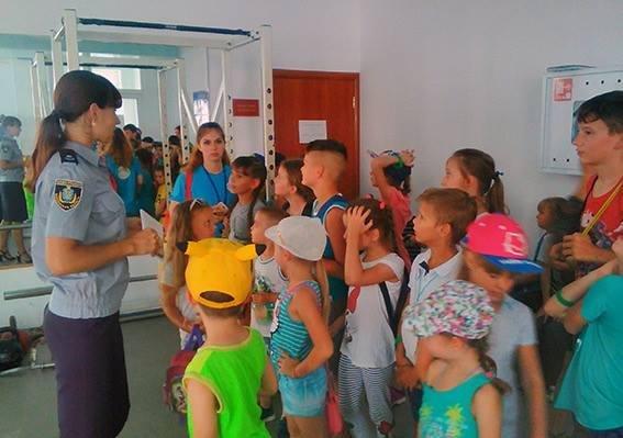 Вихованці дитячого табору побували на екскурсії в Головному управлінні Національної поліції в Херсонській області, фото-2