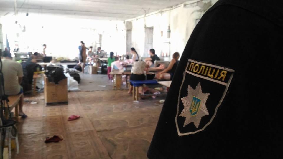 У Херсоні поліцейські припинили діяльність незаконного цеху з пошиття одягу, де працювали іноземці, фото-1