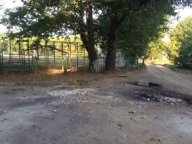 Херсонские коммунальщики убрали стихийную свалку возле школы, фото-1