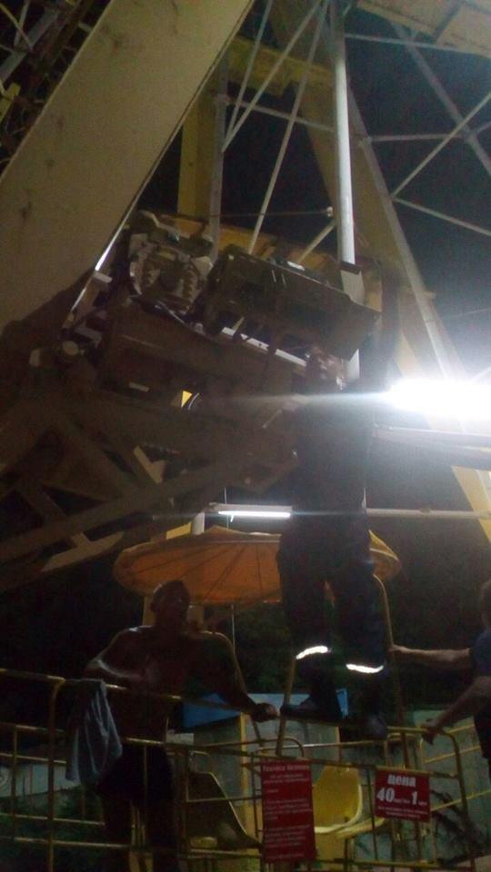 На Херсонщині поліція та рятувальники визволили людей з оглядового колеса, фото-2