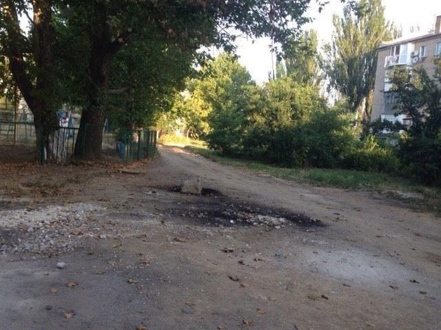 Херсонские коммунальщики убрали стихийную свалку возле школы, фото-2