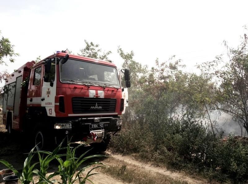 У Каховському районі свідомі громадяни допомагали вогнеборцям ліквідовувати пожежу на дачних ділянках, фото-1