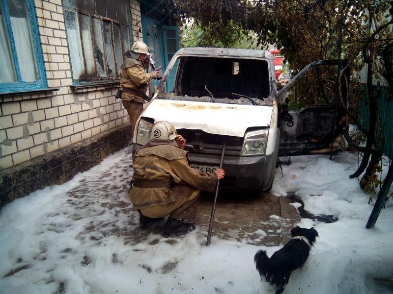 Олешківські пожежні загасили палаюче авто, фото-1