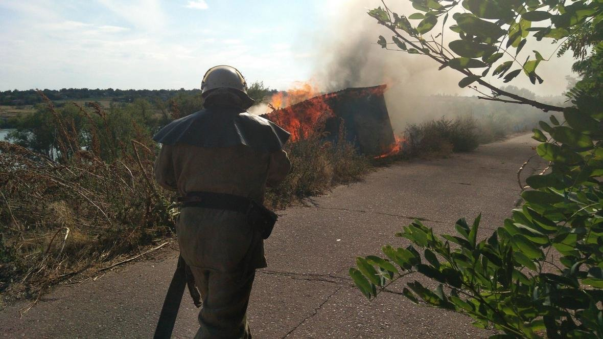 В Нововоронцовському районі рятувальники гасили палаючий будівельний вагончик, фото-1
