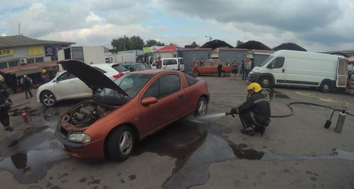 Каховські рятувальники запобігли займанню іномарки на ринку, фото-1