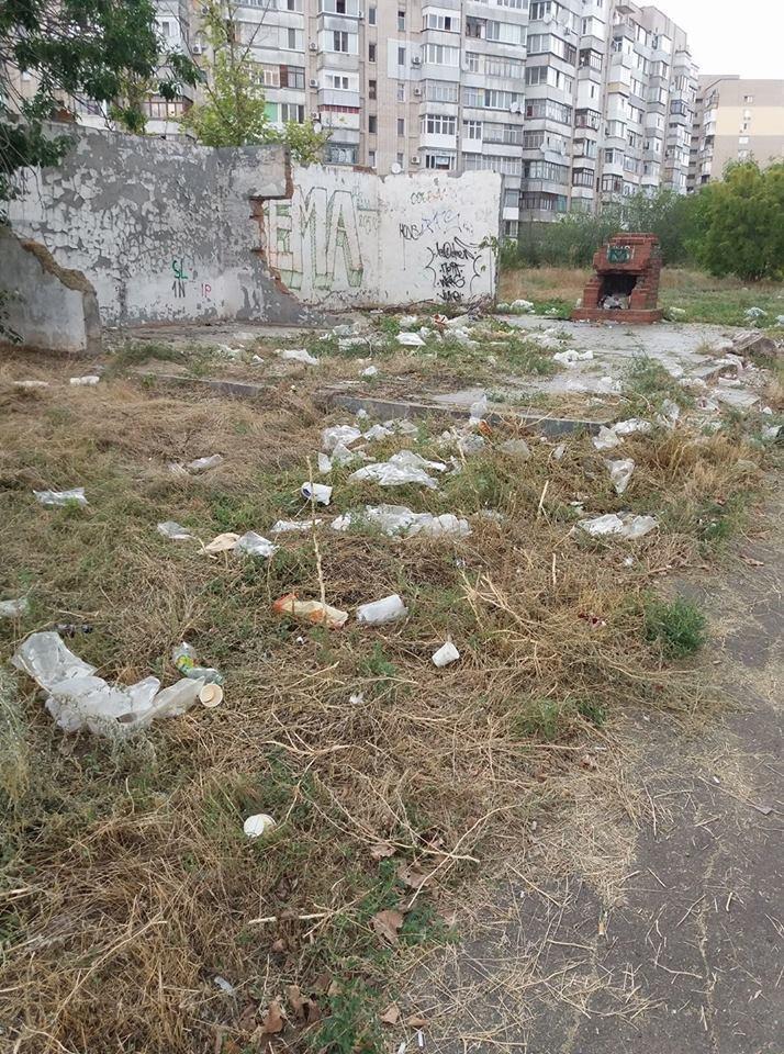 В Херсоне на месте заброшенной стройки образовалась свалка, фото-1