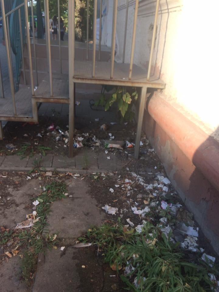 Депутат Херсонської міськради обурена сміттям біля банкомату, фото-2