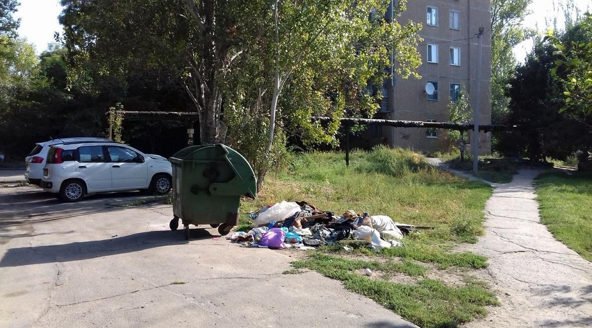 В Херсоне пустые контейнеры, а вокруг кучи мусора (фото), фото-1