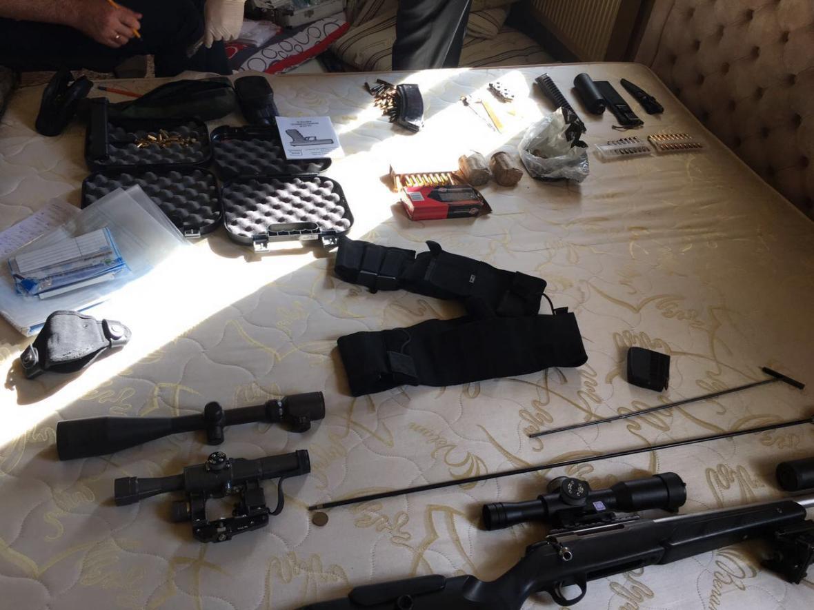 На Херсонщині прикордонники спільно з Національною поліцією виявили 8 осіб та арсенал зброї, фото-1