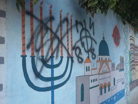 Неизвестные вандалы закрашивают рисунки на стенах Херсона, фото-1