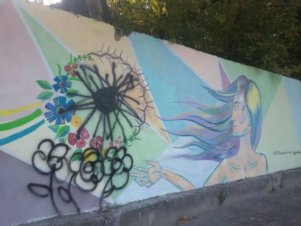 Неизвестные вандалы закрашивают рисунки на стенах Херсона, фото-2