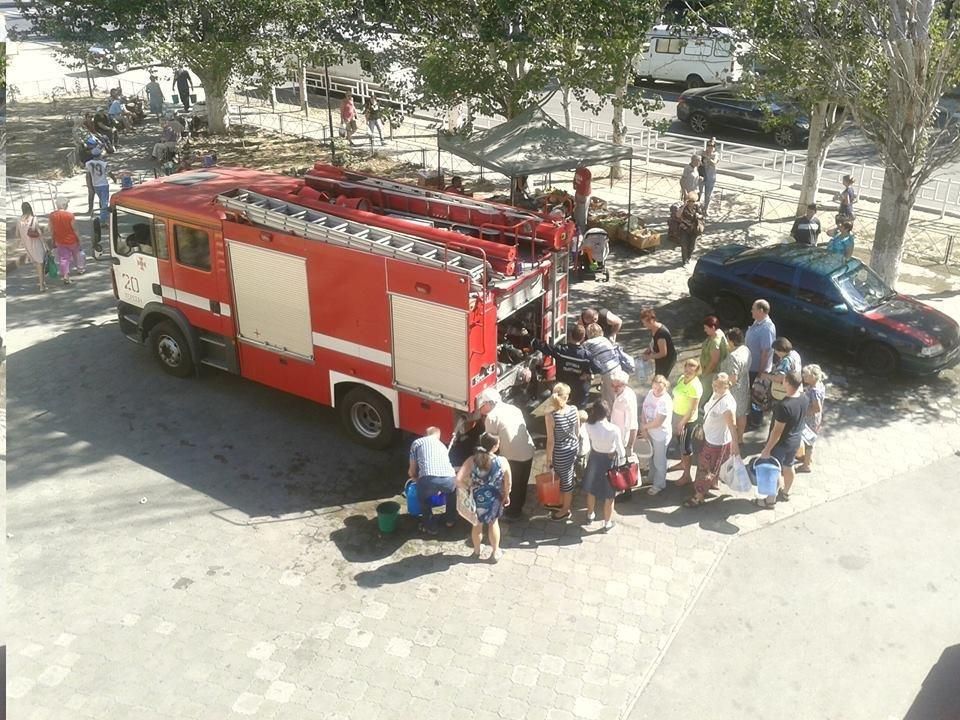 Спраглим херсонцям воду доставляють пожежники, фото-1