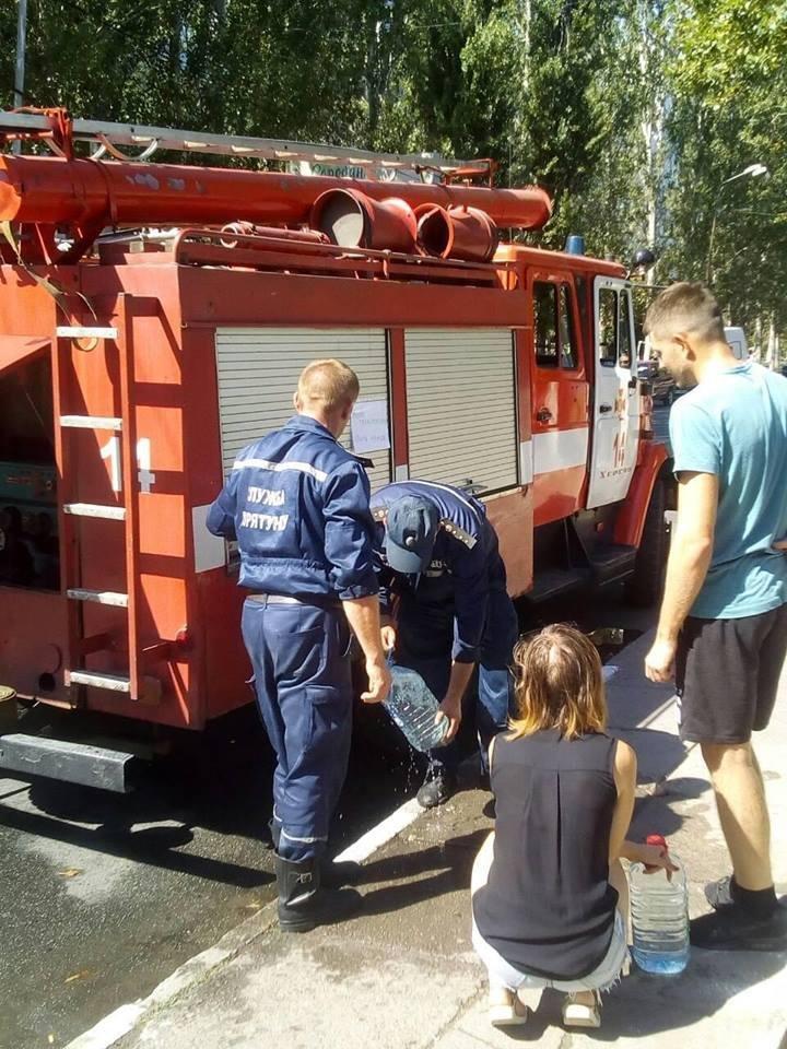 Спраглим херсонцям воду доставляють пожежники, фото-2