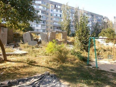 Власти Херсона не спешат убрать руины дома возле детской площадки, фото-1