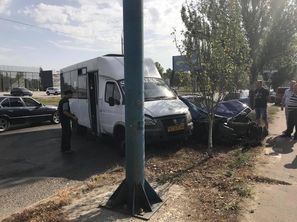 Водитель маршрутки спровоцировал ДТП в Херсоне, фото-1