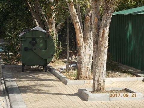 Громадяни скаржаться на санітарний стан контейнерних баків, фото-1