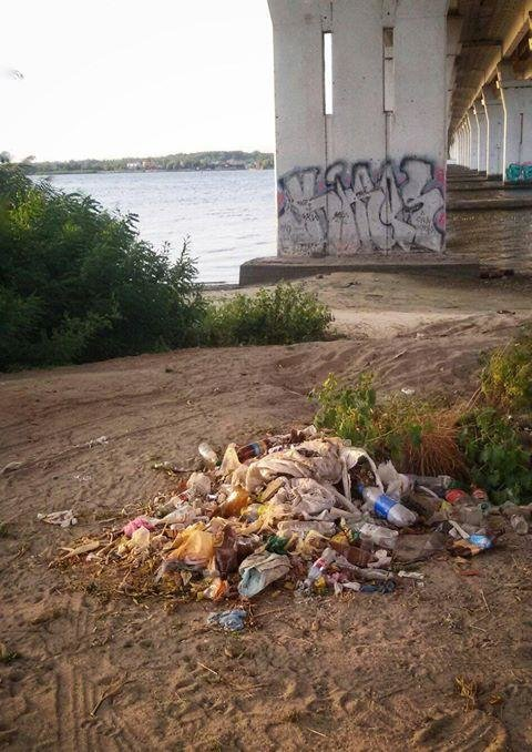 Жители Херсона уехали, а мусор остался, фото-1