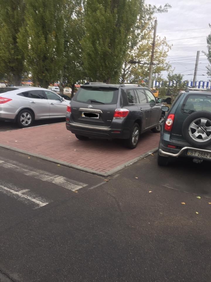 Херсонским водителям всё равно где парковаться, фото-1