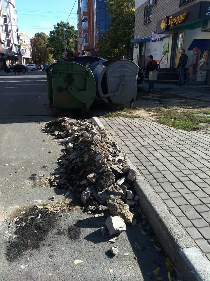 Херсонская улица завалена строительным мусором, фото-1