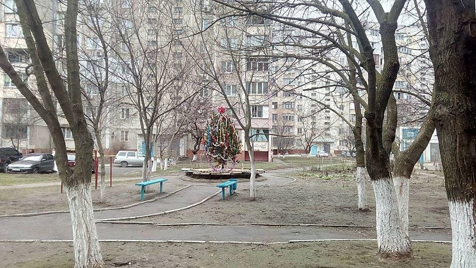 Херсонцы украсили свой двор к Новому году, фото-1