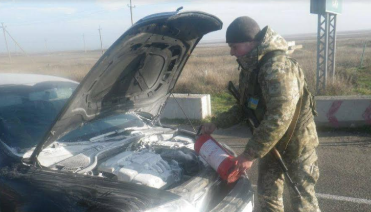 Прикордонники допомогли загасити авто біля КПВВ «Чонгар», фото-1