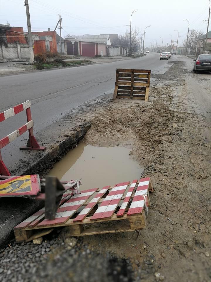 На Херсонщине ремонт водопроводной трубы идет уже год, фото-1