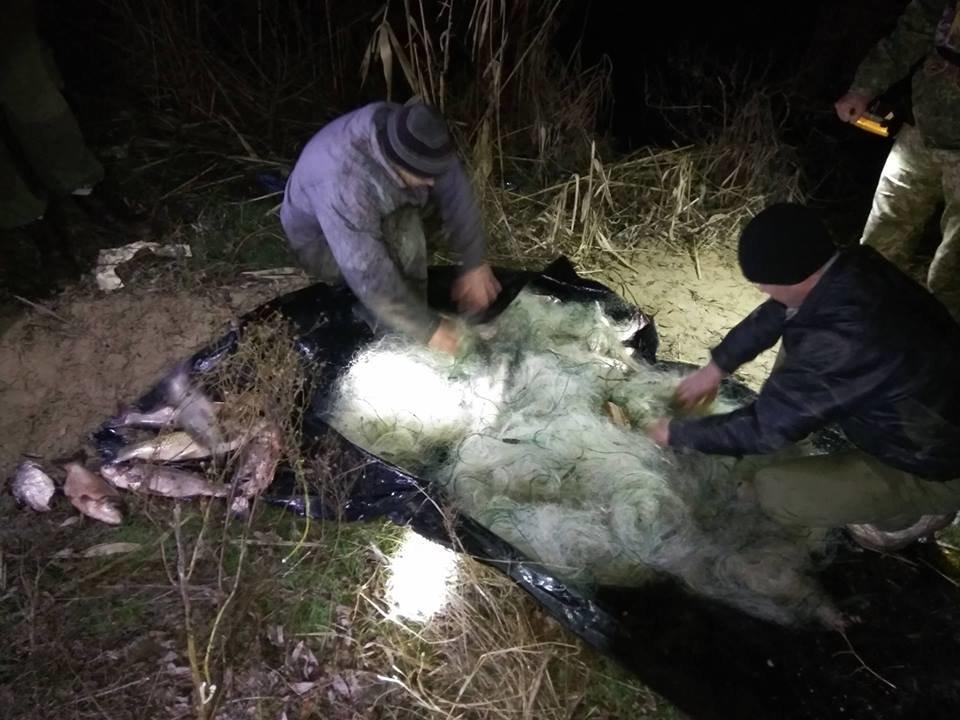 На Херсонщині поліцейські викрили двох чоловіків у незаконному вилові риби, фото-1