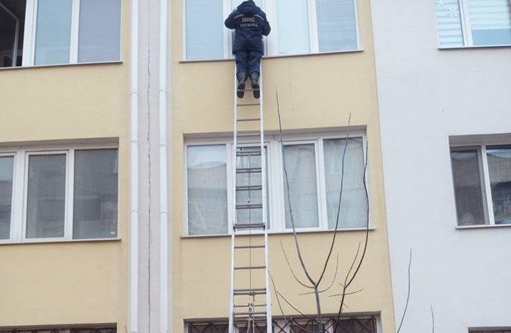 Херсонские спасатели открыли запертую квартиру, где находился маленький ребенок, фото-1