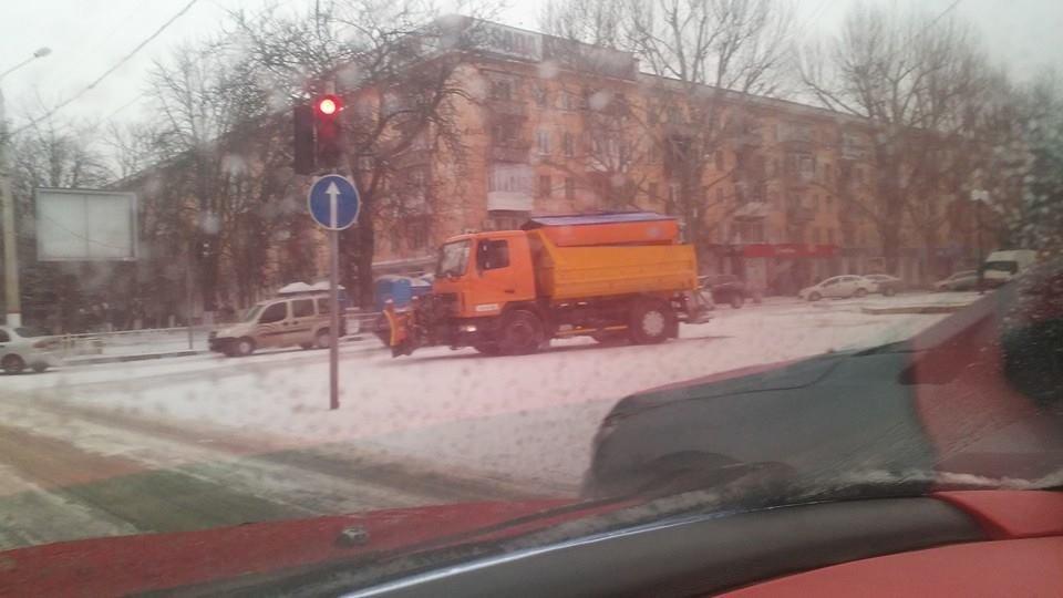 Херсонцы удивляются - техника с утра начала чистить дороги, фото-1