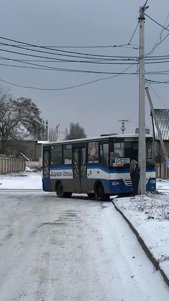 Херсонская маршрутка въехала в столб, фото-1